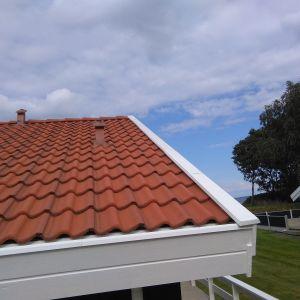 Inddækning af vindskeder med hvid aluminium